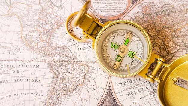 Pontos cardeais e seta norte no mapa antigo