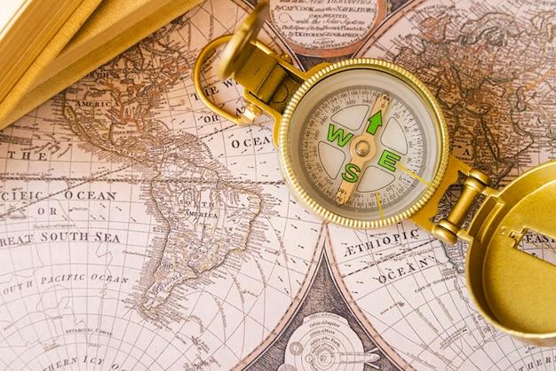 Pontos cardeais em um mapa antigo