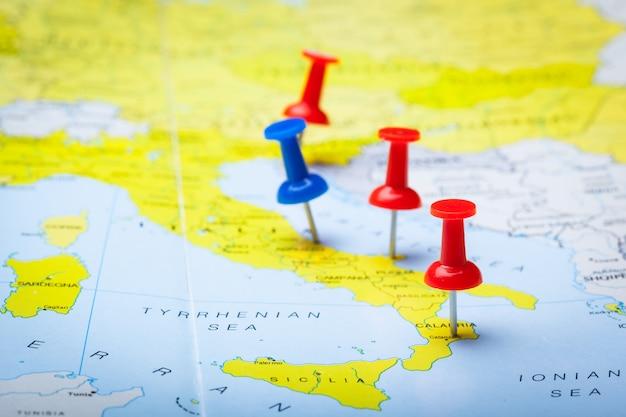 Pontos de destino de viagem em um mapa indicado com tachinhas coloridas