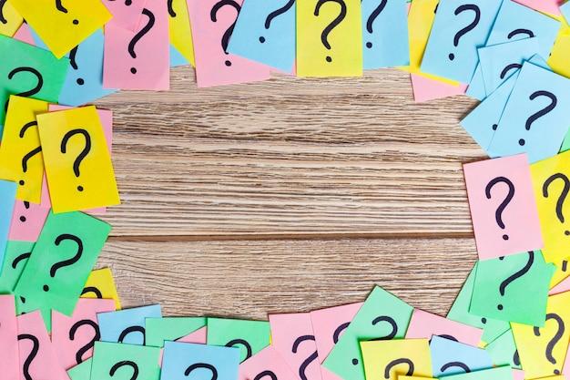 Pontos de interrogação coloridos fundo de quadro escrito lembretes bilhetes