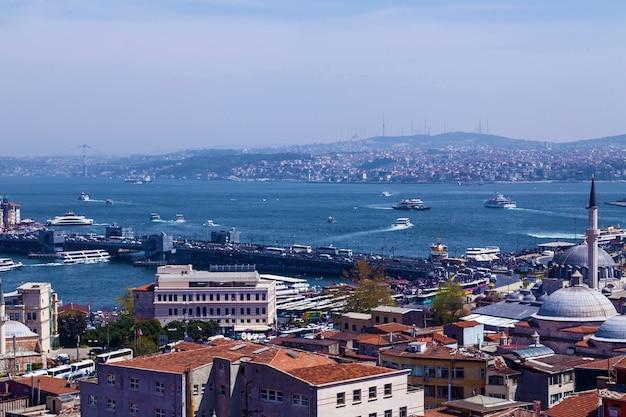 Pontos turísticos da arquitetura da cidade de istambul e passeios de barco em navios