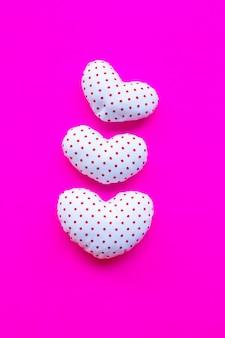 Pontos vermelhos em forma de coração branco