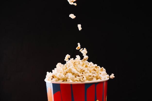 Popcorn caindo no balde