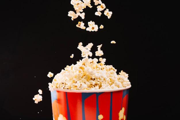 Popcorn voando do balde