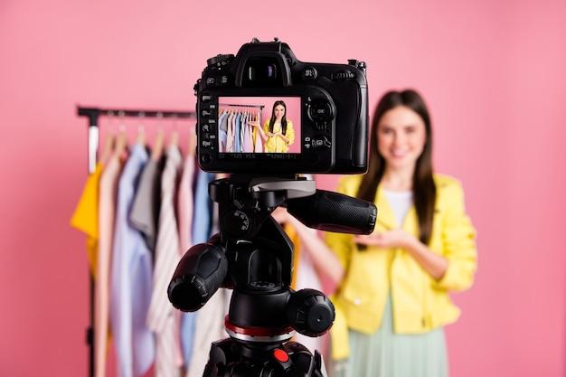 Popular blogueira de vídeo estilosa senhora, gravar vlog de moda