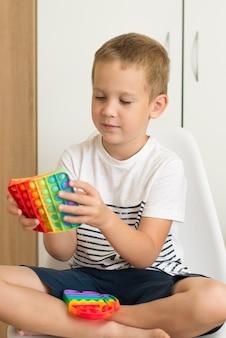 Popular brinquedo colorido antiestresse toque fidget push pop-lo nas mãos de um brinquedo infantil popit