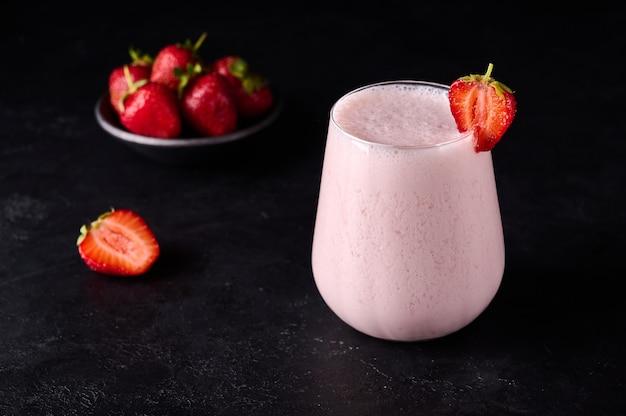Popular tradicional bebida gelada lassi com iogurte, temperos de manga e gelo perfeitamente