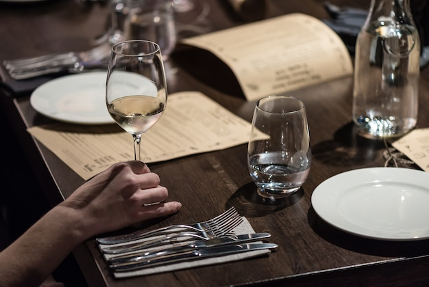 Pôr a mesa do restaurante para o jantar
