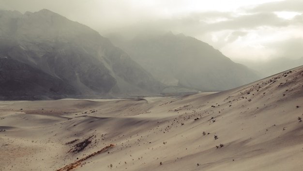 Por do sol após a tempestade de areia no dersert frio. skardu, gilgit baltistan, paquistão.