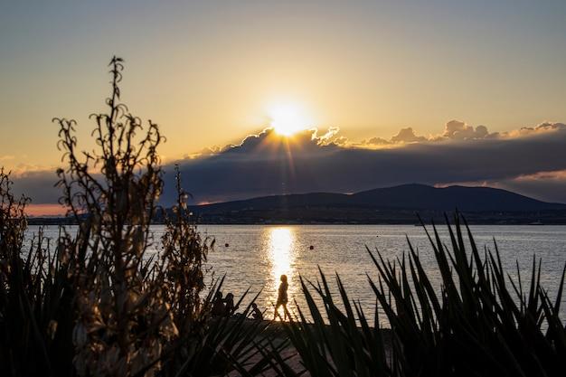 Pôr do sol ardente nas nuvens no fundo do mar e montanhas em gelendzhik