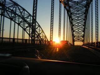 Por do sol através de uma ponte