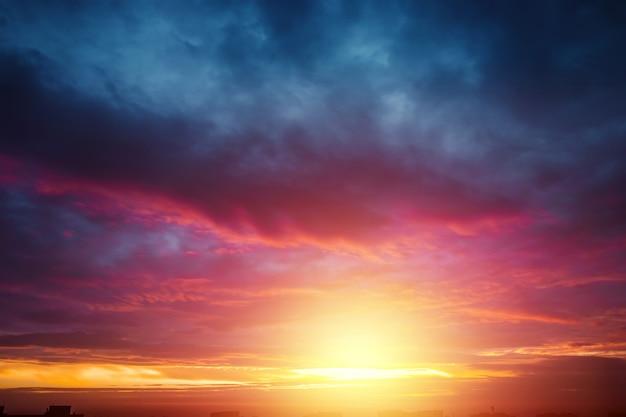 Por do sol bonito, atmosférico no céu