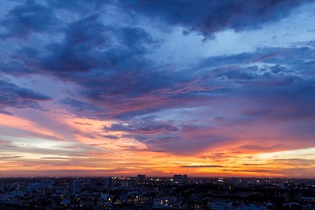 Por do sol bonito da arquitectura da cidade em banguecoque tailândia