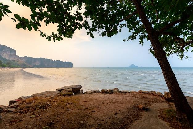 Por do sol bonito na praia de phra nang, krabi, tailândia.