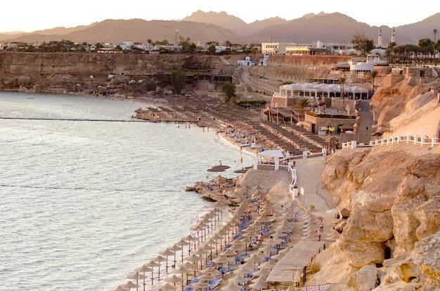 Pôr do sol brilhante em uma linha costeira de hotéis de luxo em sharm el sheikh, south sinai, egito.