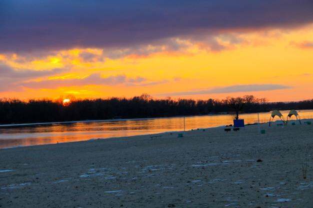 Pôr do sol brilhante sobre o rio dnieper no inverno