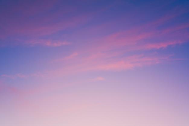 Pôr do sol carmesim com nuvens.