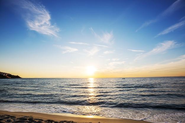 Pôr do sol colorido cênico na costa do mar. belas paisagens naturais