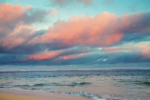 Pôr do sol colorido cênico na costa do mar.