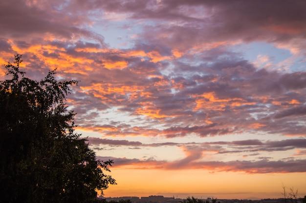 Pôr do sol colorido de verão depois da chuva com dramáticas nuvens azuis e rosa