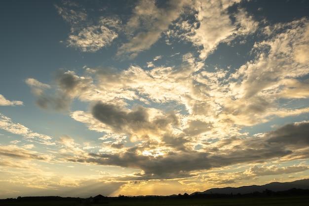 Pôr do sol colorido e nascer do sol com nuvens. cor laranja da natureza. muitas nuvens brancas no céu. o tempo está claro hoje. pôr do sol nas nuvens. o céu está crepúsculo.