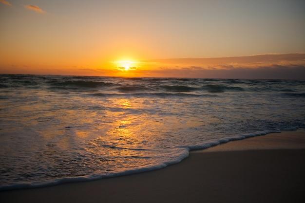 Pôr do sol colorido incrível na estância balnear no méxico
