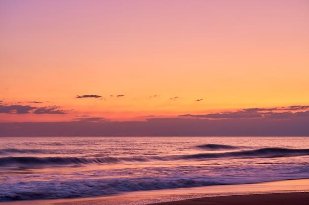 Pôr do sol colorido na praia tropical