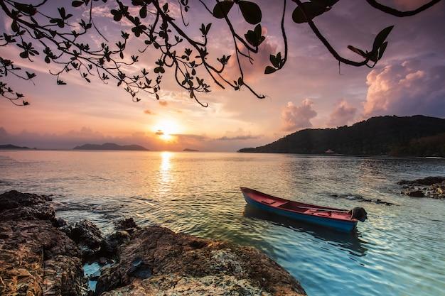Por do sol colorido no mar na ilha de koh wai, província de trat, tailândia.