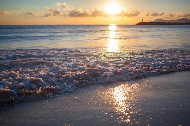 Pôr do sol colorido sobre o mar