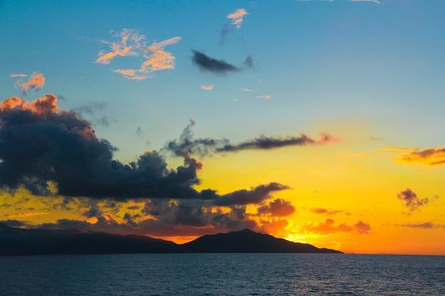 Por do sol colorido surpreendente na ilha exótica de seychelles