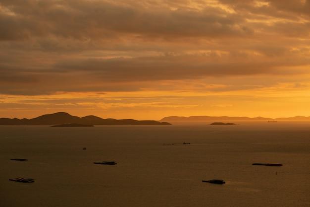 Pôr do sol com barco, bom mar, férias e férias