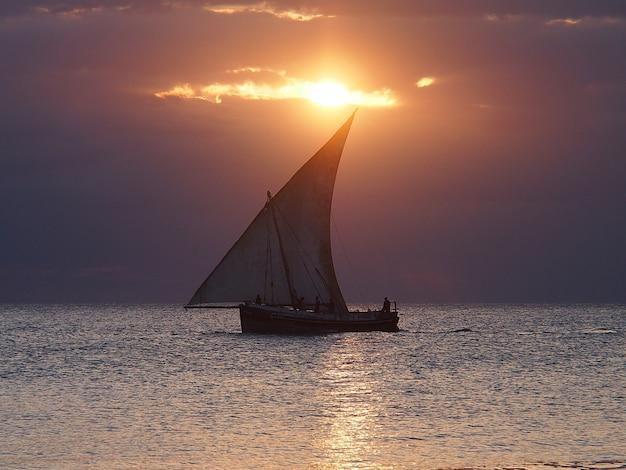 Pôr do sol com barco de pescadores no mar