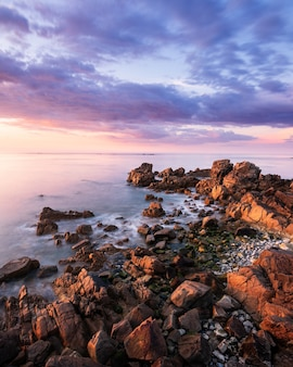 Pôr do sol com belas nuvens perto de fort pembroke em guernsey.