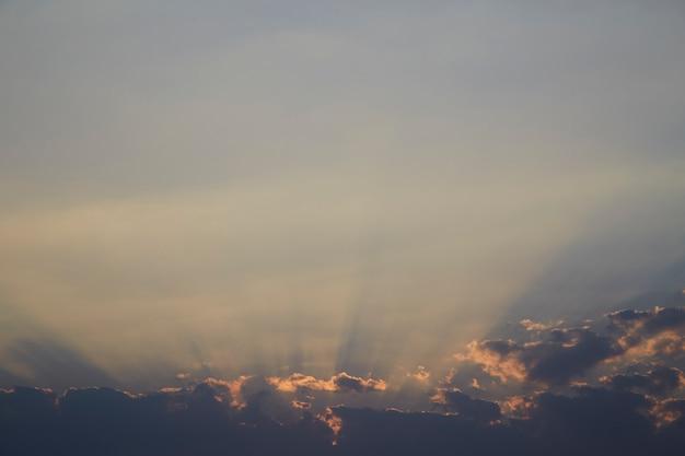 Pôr do sol com céu nublado e azul