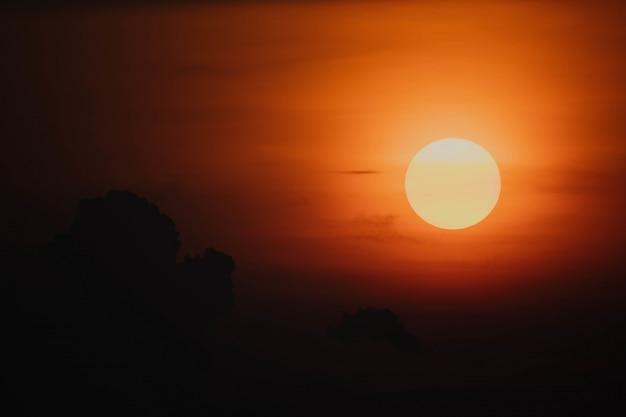 Pôr do sol com céu vermelho