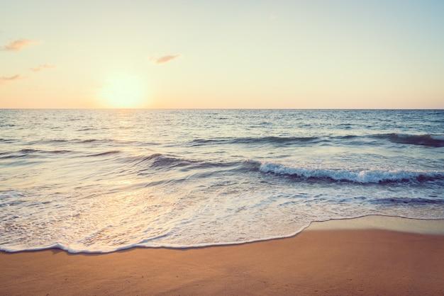 Pôr do sol com mar e praia