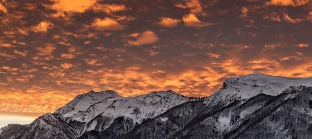 Pôr do sol com montanhas cobertas de neve nos alpes franceses
