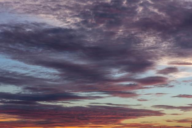 Pôr do sol com nuvens no céu