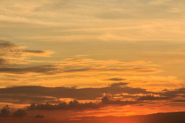 Pôr do sol com nuvens o céu está na bela dramática