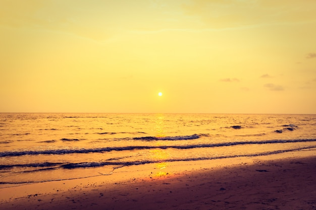 Pôr do sol com o céu na praia