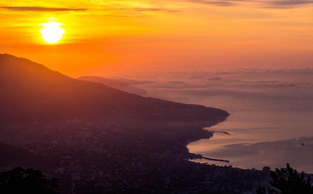 Pôr do sol com vista para yalta. seascape ao pôr do sol.