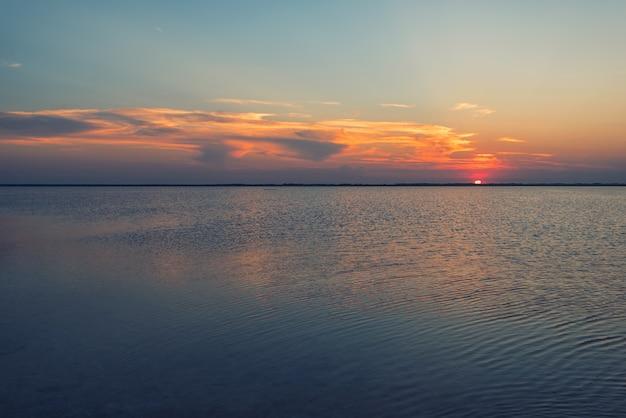 Por do sol da beleza no lago salgado