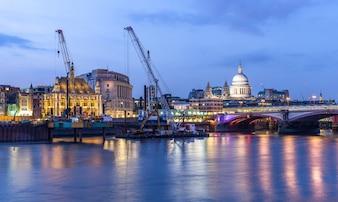 Pôr do sol da Catedral de St paul de Londres