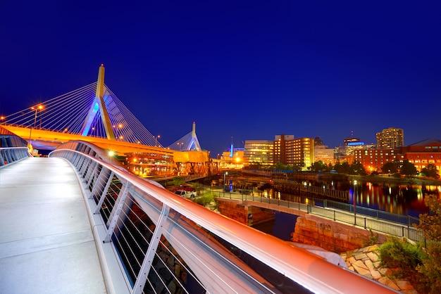 Por do sol da ponte de boston zakim em massachusetts