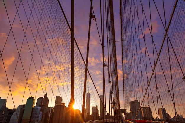 Por do sol da ponte de brooklyn com skyline de manhattan eu