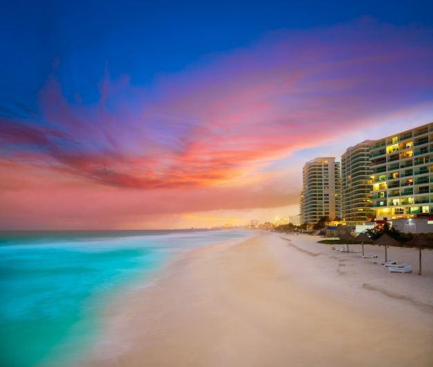 Por do sol da praia do fórum de cancun em méxico