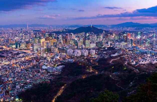 Por do sol da skyline da cidade de seoul, coreia do sul.