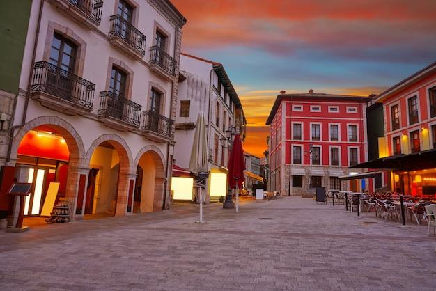 Por do sol da vila de llanes nas astúrias a espanha