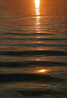 Pôr do sol de água no pôr do sol