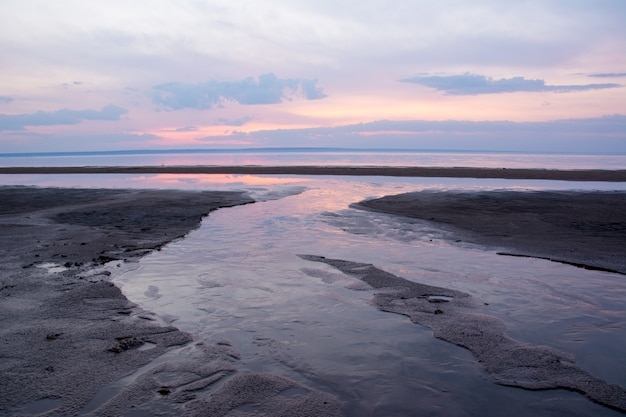 Pôr do sol de bela primavera sobre um rio volga, perto de ulyanovsk. o lugar mais largo do rio volga.